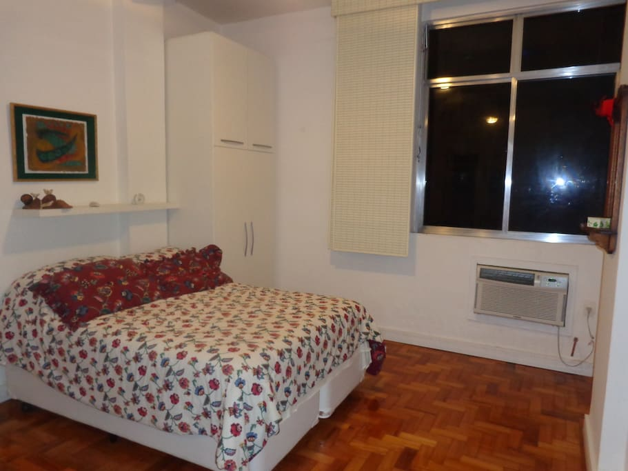 cama box, armário, ar condicionado.