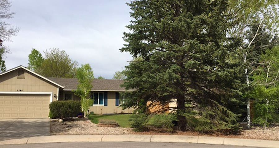 Private Guest Room in Lovely Quiet Home - Fort Collins - Huis