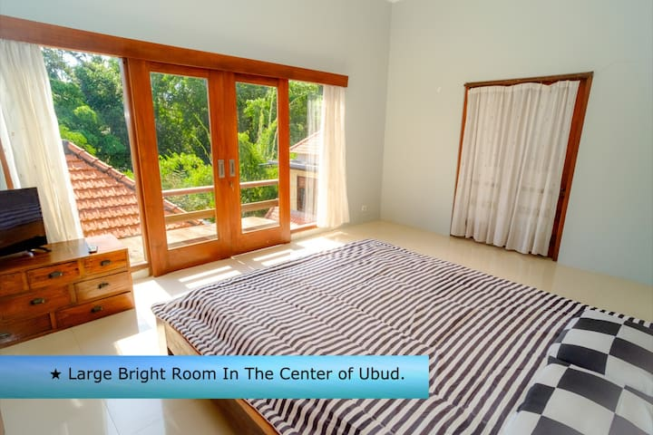 Large Bright Room In The Center of Ubud