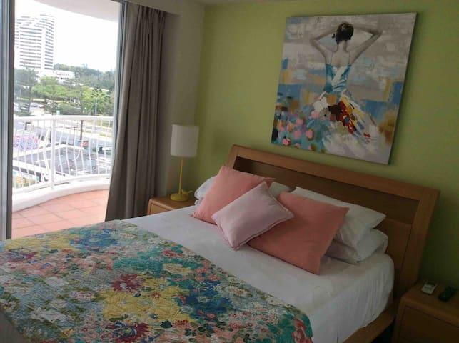 Queen bed,modern decor