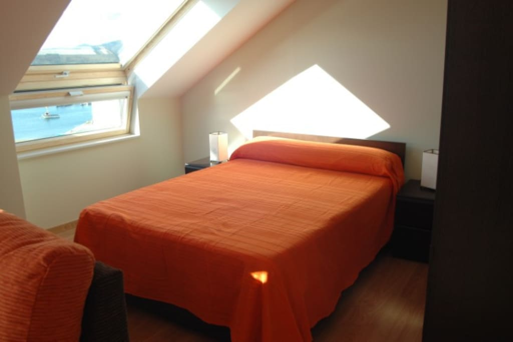 Dormitorio con arcón inferior y armario