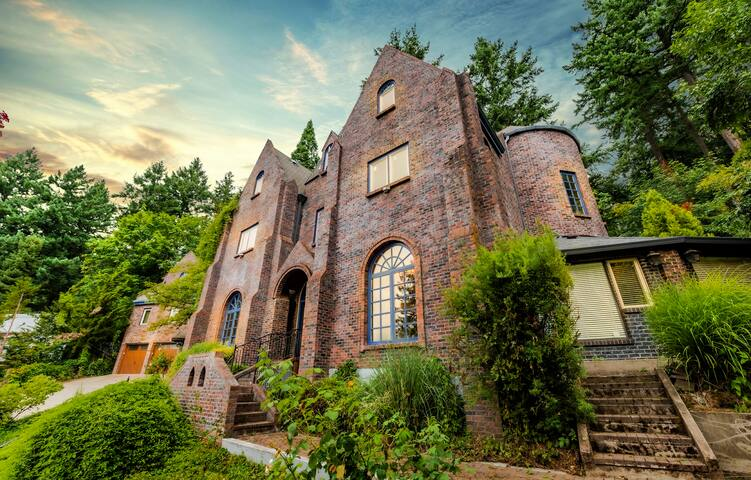 Castle Estate, 2 Homes,  22 Guests in Downtown PDX