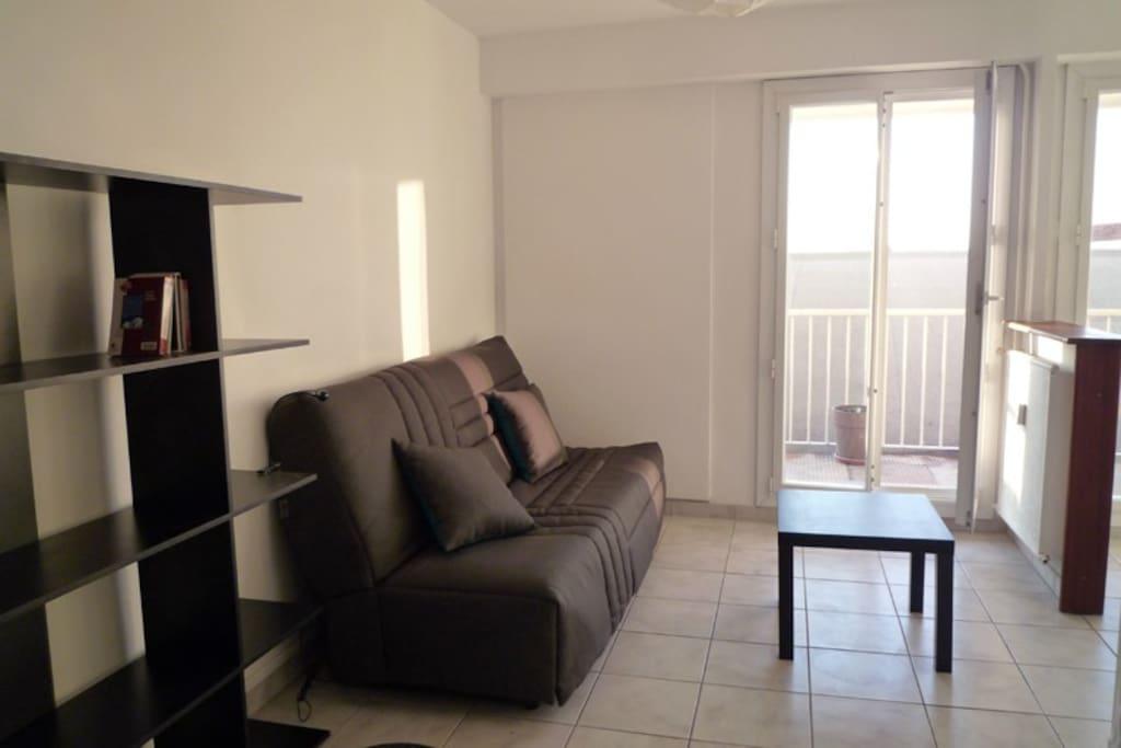 le canapé lit a le confort d'un lit, il peut rester ouvert sans gêner les usages du logement