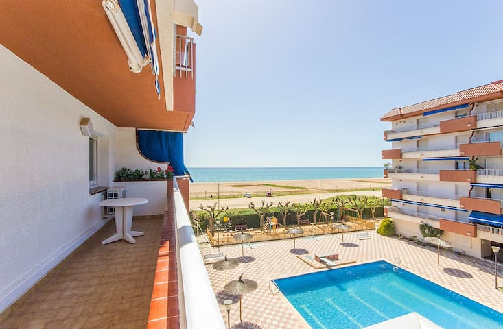 FRONT LINE APARTMENT 3 BEDROOMS (UP 6 PAX).. - Arenys de Mar - Apartment