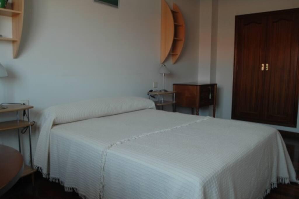 Dormitorio principal, cama 1,50 y armario de madera empotrado