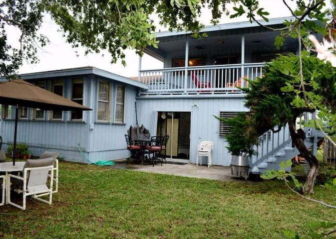 Spacious family home w/ huge yard - walk to the beach, dogs are welcome!