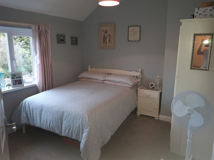 Fiona's vintage Guest Room (10 mins to jct 2 M42)