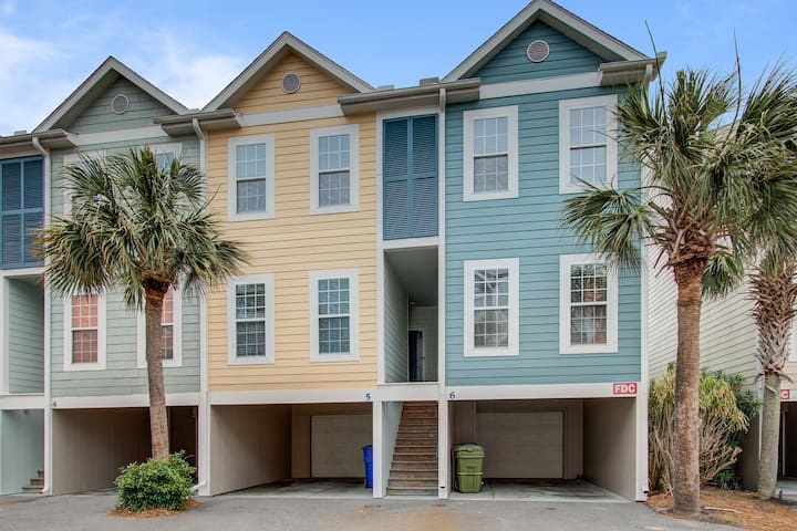 Three-story villa w/ deck & community pool - walk downtown/to the beach!