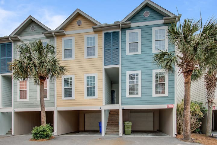Beachy, three-story villa w/ deck & shared pool - walk downtown & to the beach!