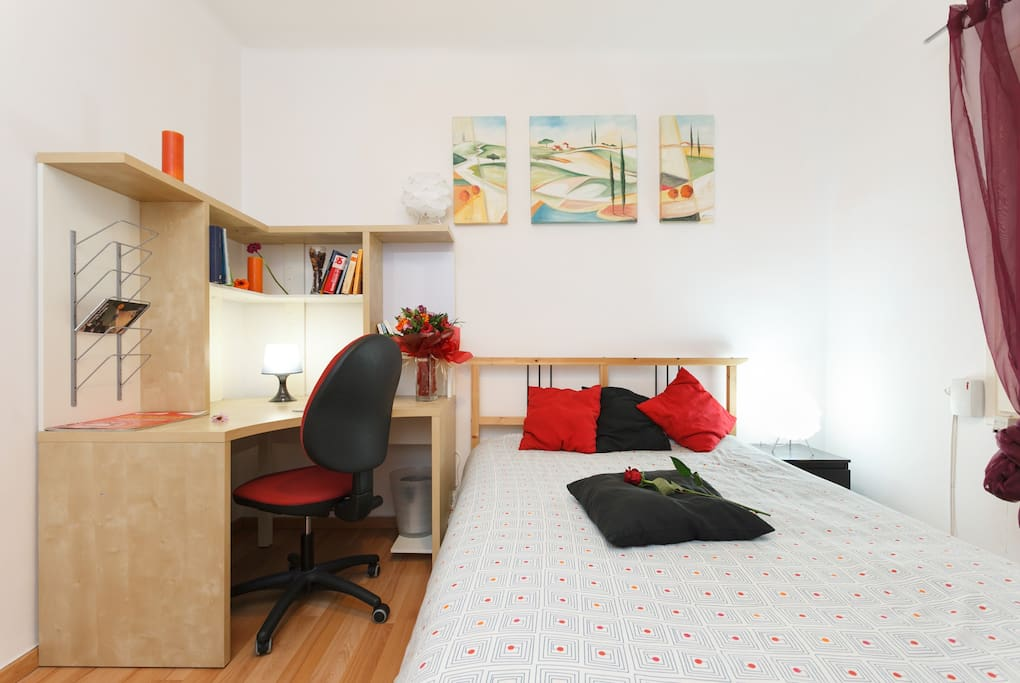 Habitacion con cama doble y escritorio / Doble bed and office