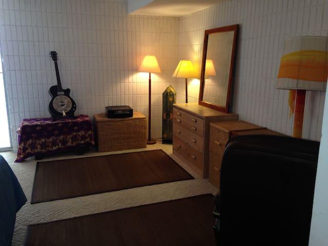 Spacious Bedroom 1 block from Ocean - Waialua - Apto. en complejo residencial