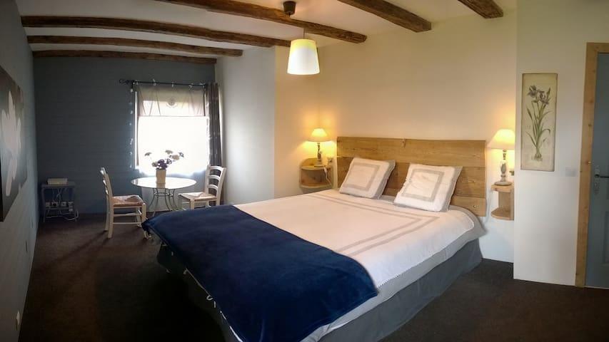 La chambre avec un lit de 160 cm