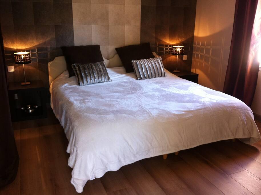 Chambre 1er étage : spacieuse avec placard et rangement