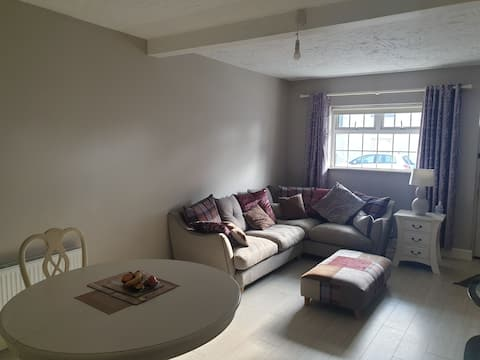 lovely 1 bedroom apartment with free parking and within walking distance to pubs and shops