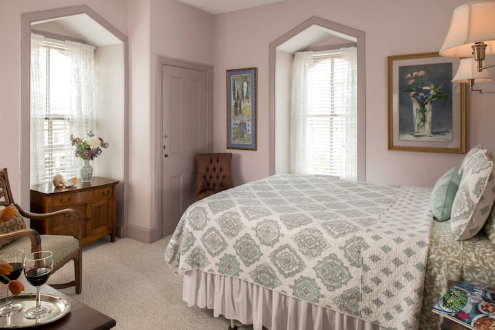 Uncluttered Elegance - Room 12 (3rd floor)