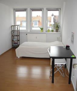 Sunny Big guest room - กรุงเบอร์ลิน - ที่พักพร้อมอาหารเช้า