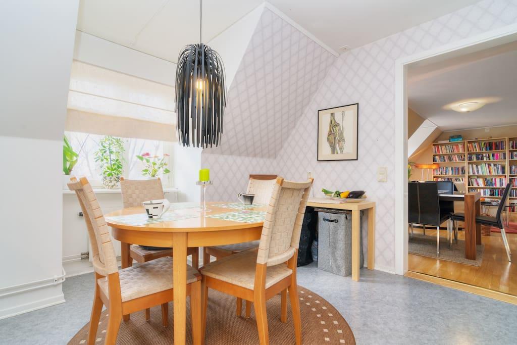 Köket är stort med matbord för fyra och fler, om så krävs.