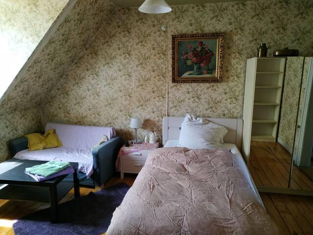 Eigenes Zimmer in Haus mit Garten