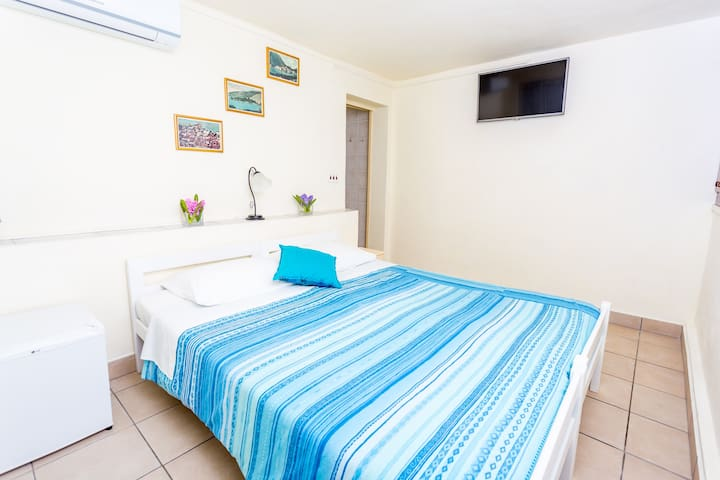 Newly renovated waterfront twin or double room with forest views