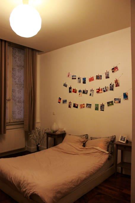 Chambre unique, lit double. Ambiance simple, photographie.