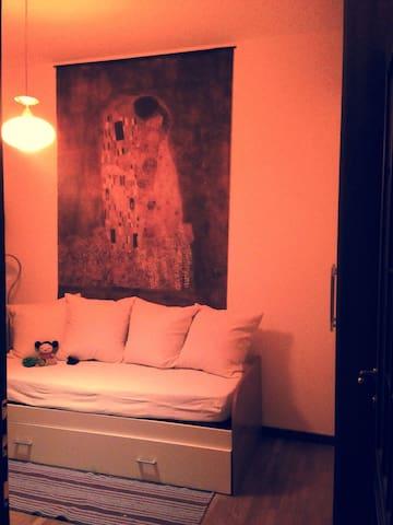 La camera degli ospiti possibilità del secondo letto. Camera luminosa e silenziosa come il resto dell'appartamento. :-)