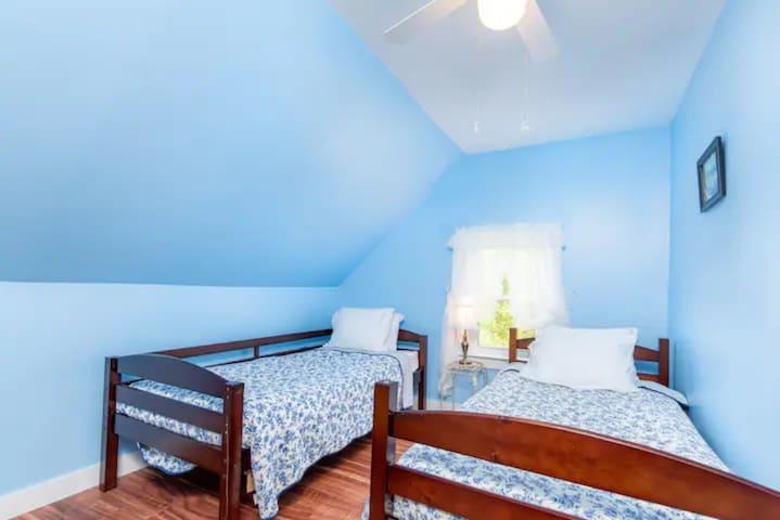 Bedroom #8 - 2 Twin Beds
