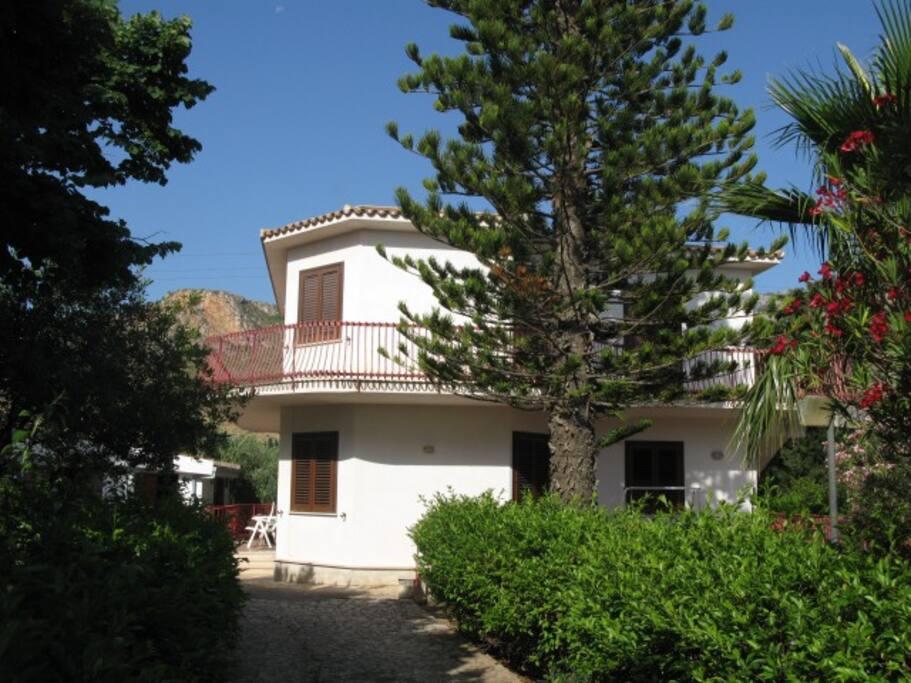 Casa con giardino - House with garden
