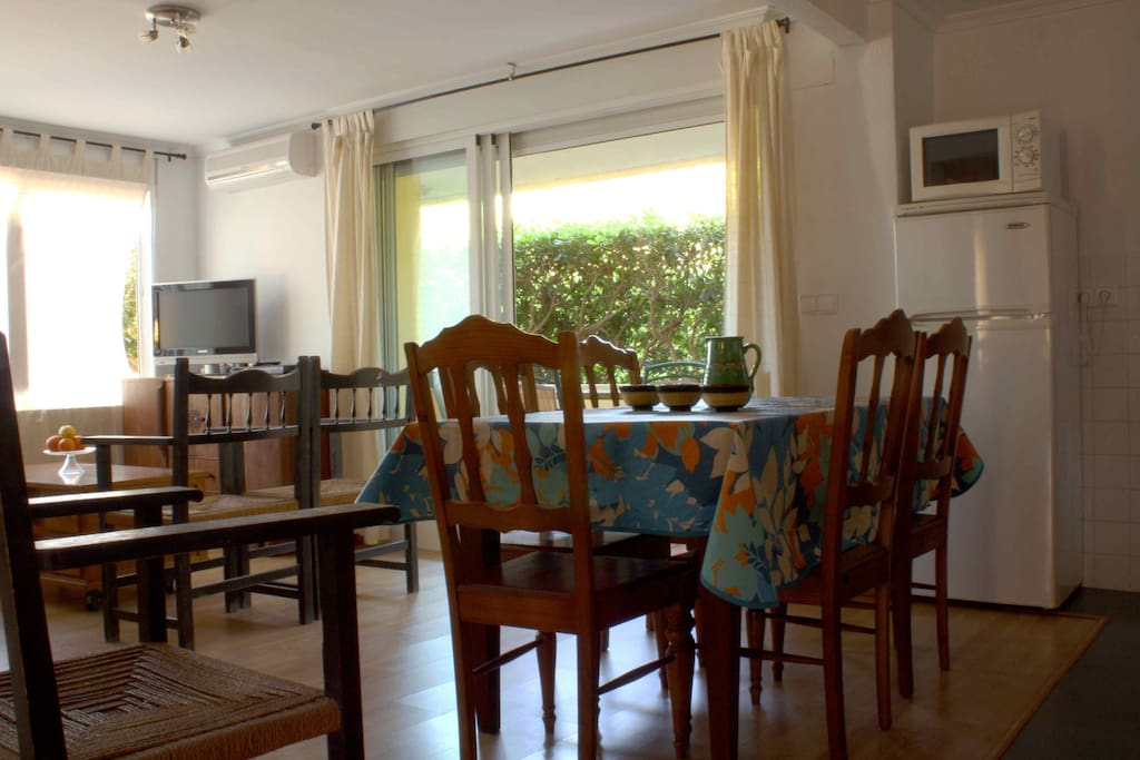 Salón, comedor y cocina americana. Mucha madera para...- Inside an open space with an american kitchen.
