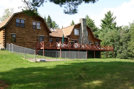 Real Log Home on 15 acres of land - Lunenburg - Rumah
