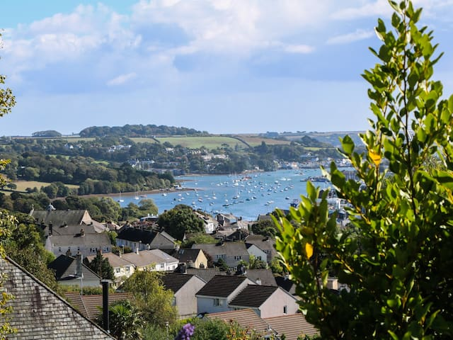 ESTUARY VIEW, family friendly, with a garden in Penryn, Ref 933058