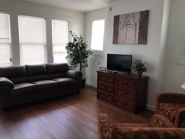 Family Friendly Apartment - 6 min to Downtown