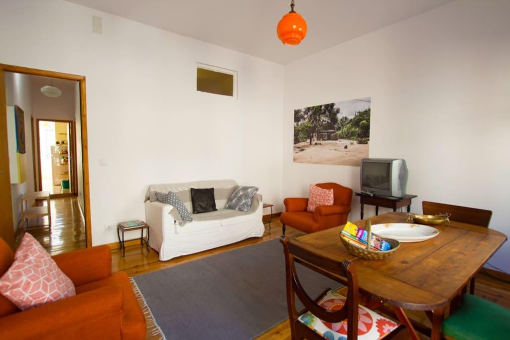 A sala goza de muita luz e o soalho em madeira torna a divisória muito confortável.