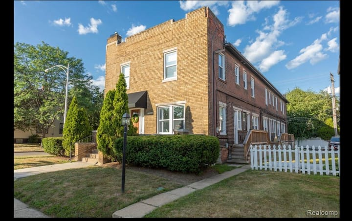 Gorgeous Colonial in Heart of Grosse Pointe Park