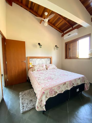 Quarto 2 (suíte) com cama queen, piso superior.