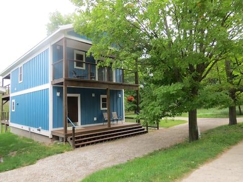 욕조가 있는 엠파이어 블루 하우스