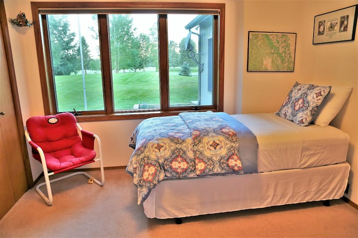 Bedroom #3: two single beds with golf course view