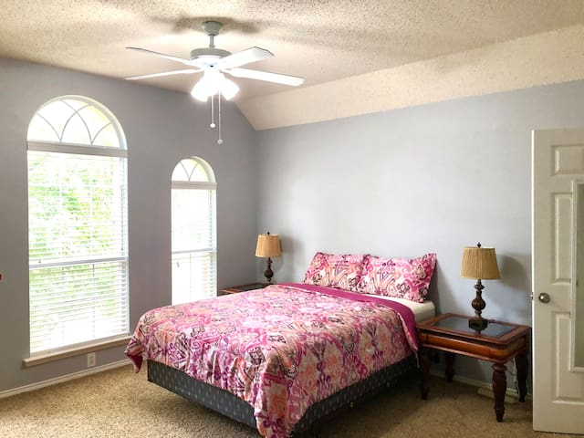 Spacious, sunny BR w/ Queen Bed in Valley Ranch