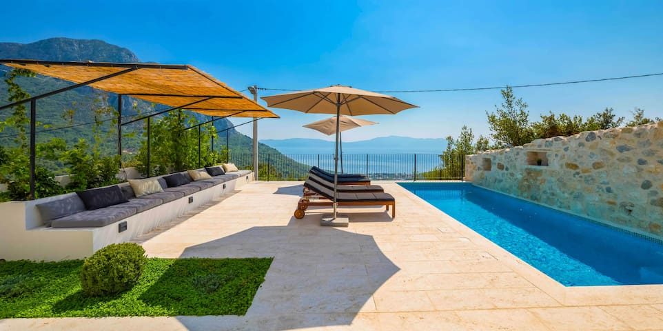 Villa with spectacular sea views, swimming pool