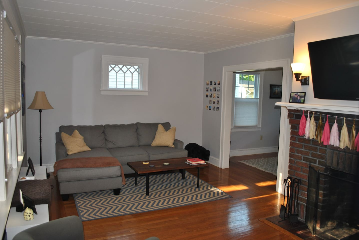 Spacious living room with cable tv (mounted flat screen)