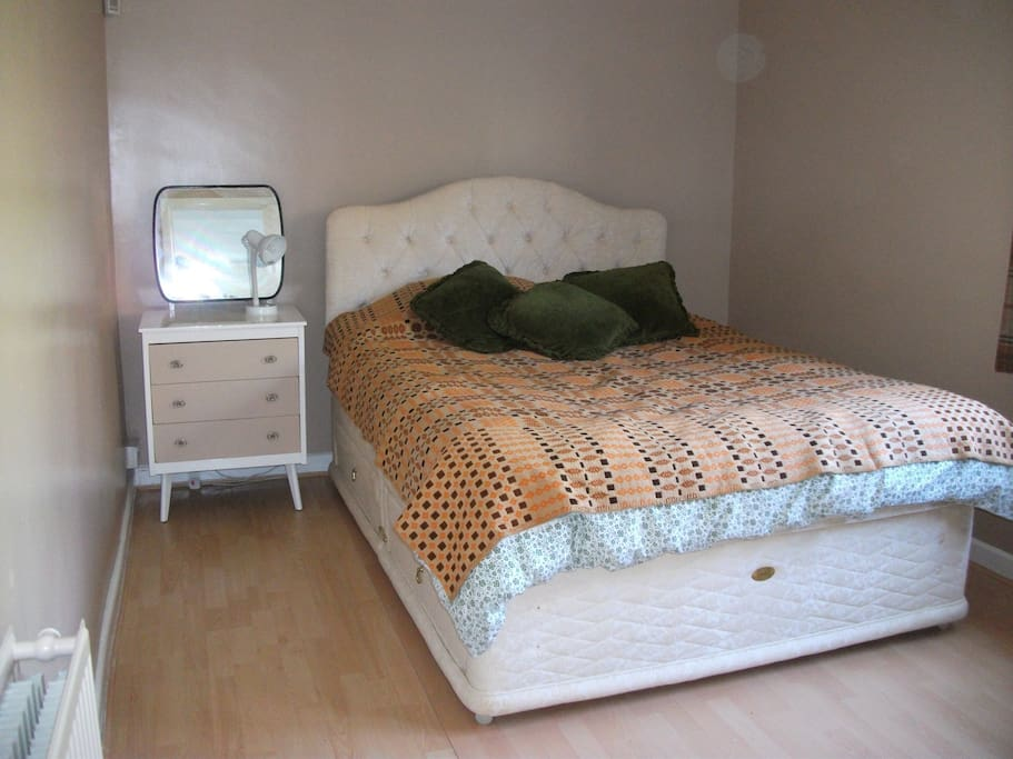 Bedroom, with 5' bed