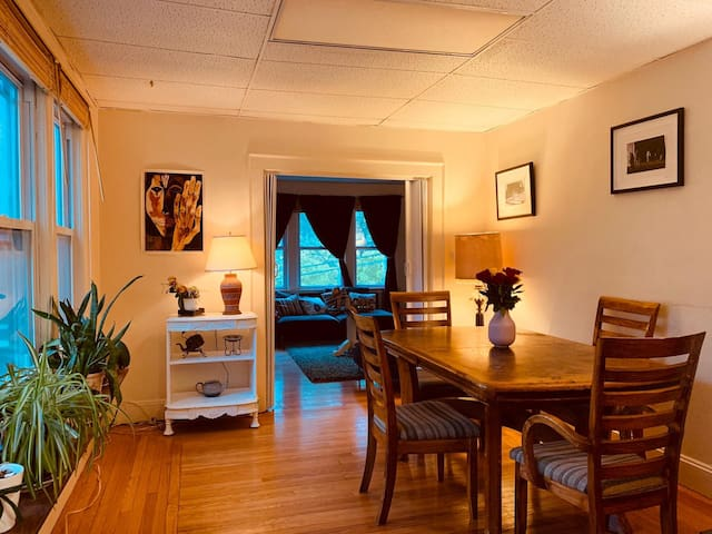 Entire 3 bedroon apartment. 10 minutes to Yale