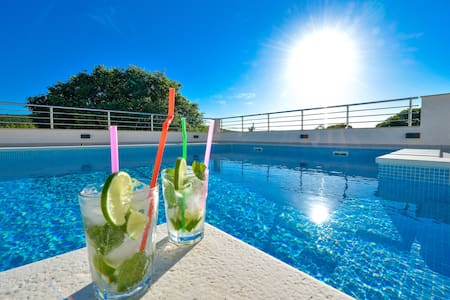 Villa Mendula with pool and sauna - Unešić - Willa