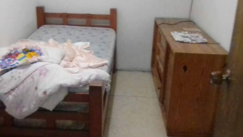 Habitación para dama apartamento comodo y familiar