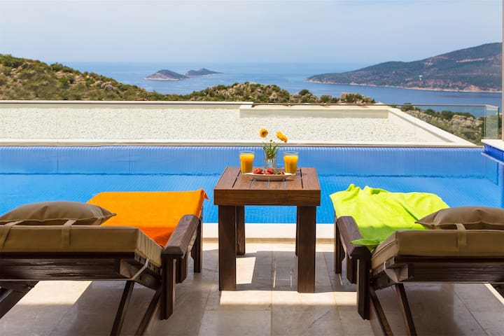 Kalkan'da Deniz Manzaralı 6 Kişilik Lüks Villa
