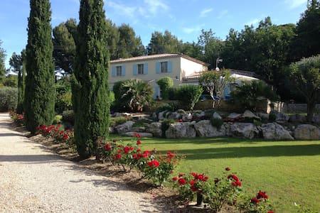 Bastide avec piscine et beau jardin - Sarrians - วิลล่า