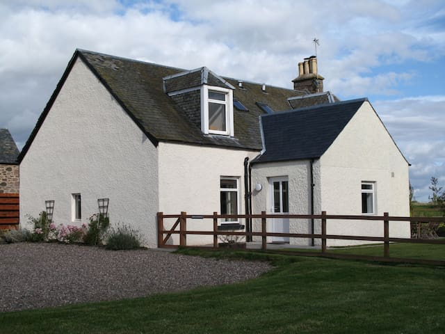 Farmhouse Cottage with beautiful views, Perthshire - Perth and Kinross - House