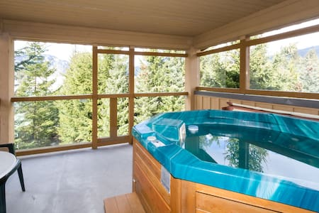 1 BR Townhome with Private Hot Tub - Whistler - Rekkehus