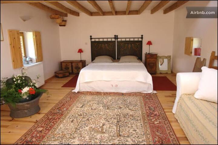 hameau de maurepas le grenier bed breakfasts zur miete in merry la vall e burgund frankreich. Black Bedroom Furniture Sets. Home Design Ideas