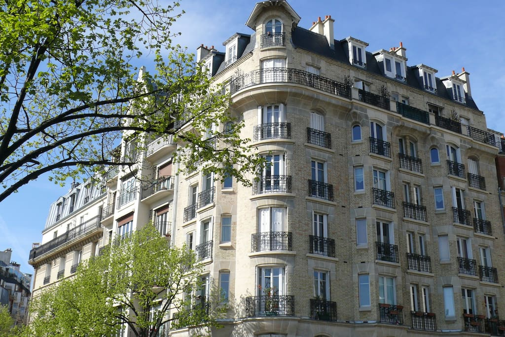 immeuble typique parisien de style Hausmanien. Typical parisian building time Haussman.