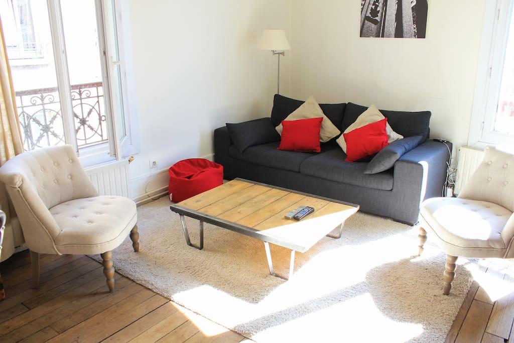 Salon lumineux avec canapé lit
